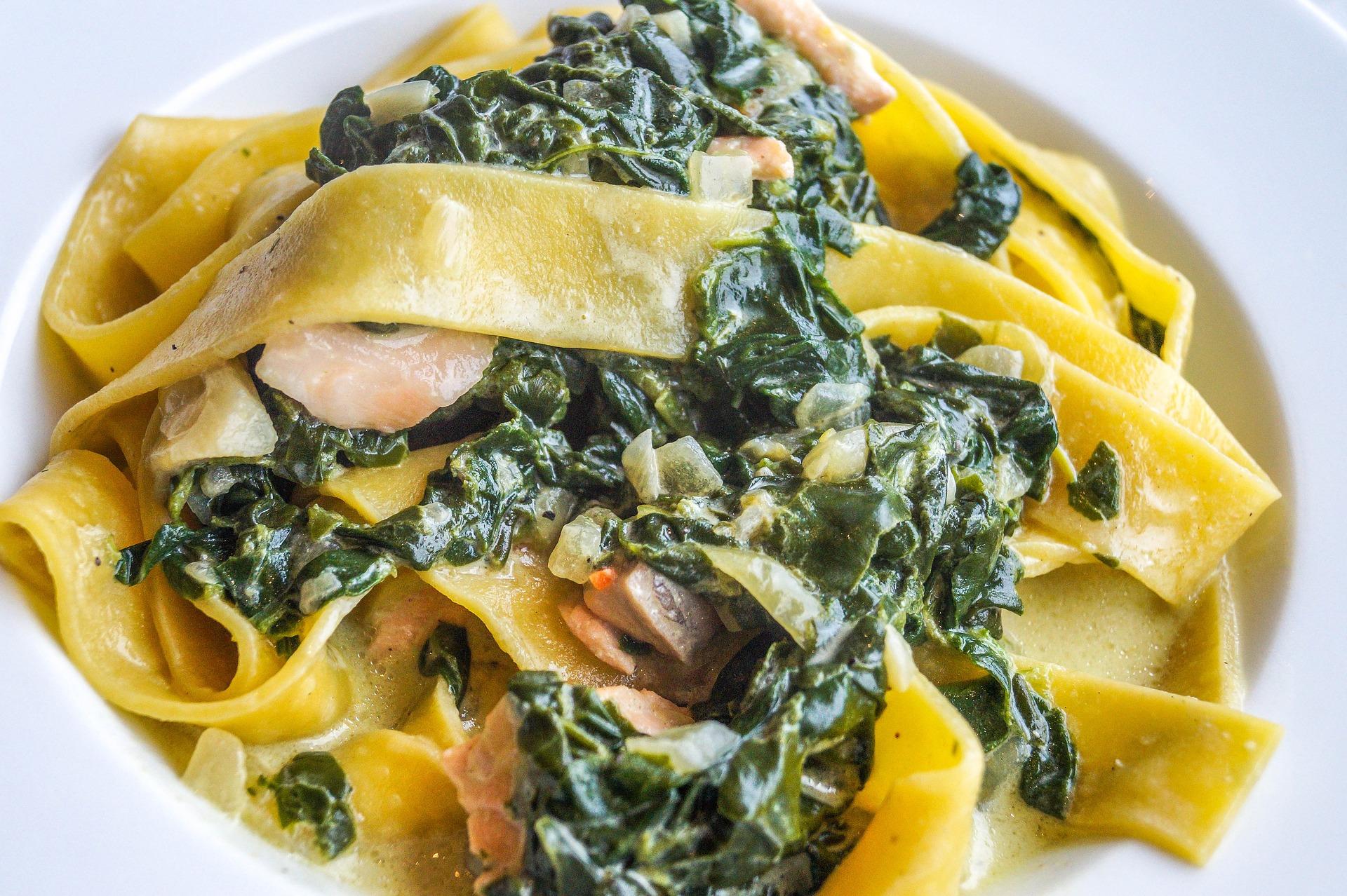 Lachs auf Tagliatelle mit Zucchini und Kirschtomaten